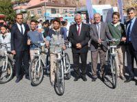 İncesu Belediye Başkanı Karayol, öğrencilere bisiklet dağıttı