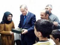 Kayseri'de pankart açan genç kızın evini ziyaret etti
