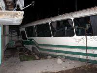 Kayseri'de Otobüs bina duvarını yıkarak bahçeye girdi