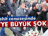 Kayseri'de şehit cenazesinde CHP çelengini parçaladılar