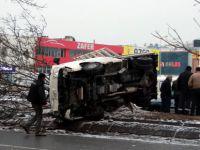 Osman Kavuncu'da Kamyonet yan yattı: 1 yaralı
