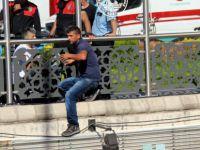 Sivas Caddesi'nde İntihar için üst geçide çıkan şahsı polis ikna etti
