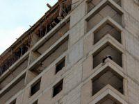 Eşinin terk ettiğini söyleyen şahıs,inşaata çıkarak intihara kalkıştı