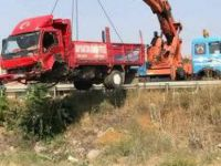 Saraycık'ta Kaza yapan kamyon tren yoluna takla attı: 1 ölü