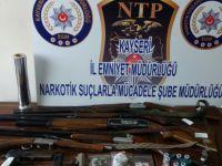 Kayseri'de  Uyuşturucu operasyonunda 6 silah ele geçirildi