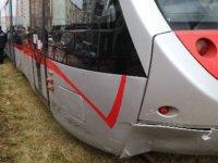 Tramvayın altında kalan motosiklet sürücüsü ağır yaralandı