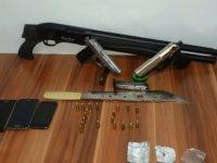 Araç aramasında ruhsatsız silah ve uyuşturucu yakalandı