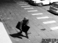 Televizyonu alıp kaçan hırsız güvenlik kameralarına takıldı