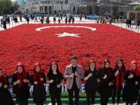 Türk Bayrağının, bir süre daha Cumhuriyet Meydanı'nda