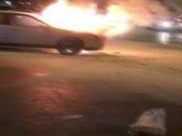 Vatandaşlar yanan otomobili söndürmek için mücadele etti