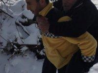 İncesu'da Ambulans Görevlisi Yaşlı Adamı Sırtında Taşıdı