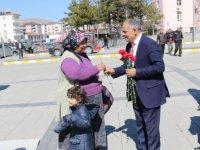 Yahyalı Belediye Başkanı Öztürk 8 Mart'ta karanfil dağıttı