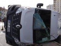 Esentepe Mahallesi'nde Servis minibüsü yan yattı: 2 yaralı
