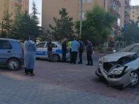 Talas'ta otomobiller kaldırıma çıktı: 2 yaralı
