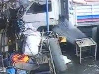 Kıranardı'nda freni boşalan kamyon hırdavat dükkanına girdi