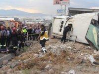 Altınoluk'ta işçi servisi takla attı: 23 yaralı