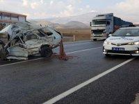 Develi'de fecei kaza Tırın çarptığı otomobil 2'ye bölündü: 1 ölü