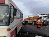 Anbar'da Tır durakta yolcu alan halk otobüsüne çarptı: 11 yaralı