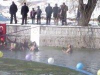 Çılgın Kayserili bayan eksi 5 derecede yüzdü-video