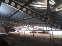Ağırnas'ta Karın ağırlığına dayanamayan ahırın çatısı çöktü
