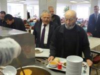 Hayırsever Ulubaş, öğle yemeğini karavanadan yedi