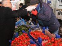 Yahyalı Belediyes Başkanı Öztürk pazarcı esnafına maske dağıttı