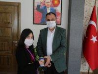 Kumbarasını bağışlayan Elanur'a, Develi Belediye Başkanı Cabbar'dan jest