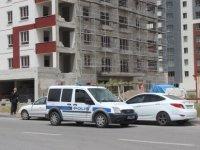 Yenişehir'de inşaatın merdiven boşluğuna düşen işçi ağır yaralandı