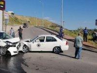 Eğribucak'ta Otomobil ile hafif ticari araç kafa kafaya çarpıştı: 4 yaralı