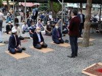 Melikgazi Belediyesi Cuma namazında tek kullanımlık seccade ve maske dağıttı