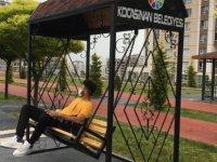 Kocasinan Belediyesi yeni tip oturma gruplarını parklara monte etti