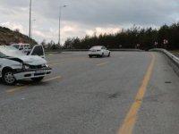 Erciyes Yolu'nda otomobil bariyere çarptı: 3 yaralı
