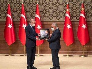 Anadolu 6.Medya Ödül töreni Sinan Burhan'dan,Cumurbaşkanı Erdoğan'a Aşık Veysel Taş plağı hediyesi